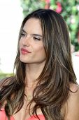 LOS ANGELES - 12 de MAR: Alessandra Ambrosio en el Debut de colección de Victoria Secret 2013 nadar en th