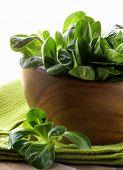 Verse groene salade valerian in een houten kom