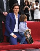 LOS ANGELES - APR 02:  Orlando Bloom & Flynn Bloom arrives to the Walk of Fame honors Orlando Bloom