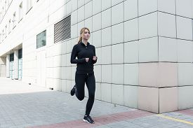 foto of rune  - Healthy young woman is runing in the city - JPG