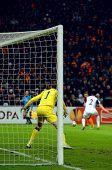 Donezk, UKRAINE - FEB 25: Mark Schwarzer im Spiel UEFA Europa League zwischen FC Shakhtar(UKR) vs. F