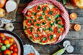 Постер, плакат: Veggie Pizza Pizza With Tomatoes Shallot And Fresh Herbs Cher