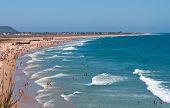 Strand unter blauem Himmel, Spanien