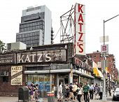 NEW YORK CITY, USA - 11 de junio: Delicatessen de Katz (fundado en 1888), un famoso restaurante, conocido por su Pa