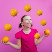 Dieta de frutas laranja, saudáveis comer - uma jovem malabarismo laranjas - conceito