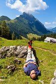 ein Wanderer ist erholt sich von einer Wanderung in den Bergen von Österreich. Aktivität in der Freizeit