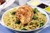 Pasta y pechuga de pollo comida