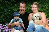 Junge Familie, Mama, Papa, Kind und Hund.