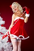 Pin-up girl sexy vestida de santa claus