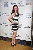 LOS ANGELES - 6 de maio: Kaitlyn Dever chega em 2013 na missão da meia-noite