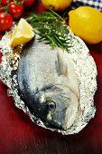 pescado fresco de dorada con verduras