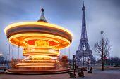 Постер, плакат: Перемещение освещенная старинных Карусель рядом Эйфелева башня Париж