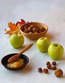 Herbst Stilleben mit Honig, Äpfeln und Nüssen