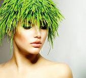 Belleza primavera o mujer con pelo de hierba verde fresca. Retrato de la muchacha de la naturaleza del verano. Modelo de moda