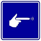 con un cartel de control remoto