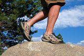 Trail runner una escarpada roca en su camino