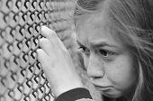 Triste menina deprimida em tom preto e branco
