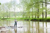 Постер, плакат: Женщина рыбалка в реке Sazava Чешская Республика