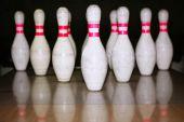 Bowling bolo fila reflexión sobre suelo de madera
