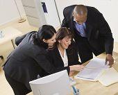 eine Gruppe von Geschäftsleuten arbeiten zusammen in einem Büro. Sie suchen nach Papierkram. horizo