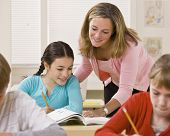 Lehrer helfen Schüler im Klassenzimmer