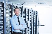 Junge handsome Business Man Engeneer im Datacenter Server Zimmer