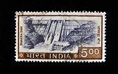 Índia - por volta da década de 1970: Um selo imprimido na Índia mostra hidrelétrica, por volta da década de 1970
