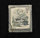 Áustria - por volta de 1975: Um selo impresso na Áustria mostra Zillertal, por volta de 1975.