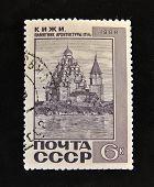 URSS - por volta de 1968: Um selo impresso na URSS mostra Kizhi monumento arquitetônico do século XVIII,