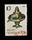 URSS - por volta de 1989: Um selo impresso em mostra a USSR Samovar russo (século 19), por volta de 1989.