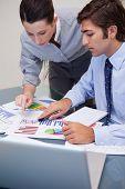 Equipo de negocios jóvenes trabajando en la estadística de venta