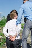 Dos agentes del Fbi realizan el arresto de un delincuente