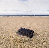Brieftasche am Strand über den Sand