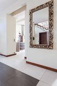 Elegante casa - espelho no corredor