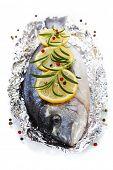 pescado fresco de la dorada con tomillo y limón sobre blanco - comida y bebida