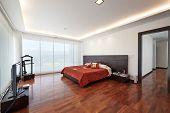 Diseño interior: dormitorio grande moderno