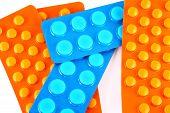 Comprimidos de azuis e laranja