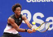 BARCELONA, España - 21 de abril: Jugador francés del tenis Gael Monfils en acción durante la primera ronda matc