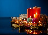 Mucho de velas aromáticas de colores sobre fondo azul oscuro