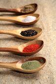 Colores de especias en cucharas de madera.