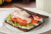 Sandwich de cangrejo en pan de centeno