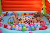 Klein meisje in een springkasteel