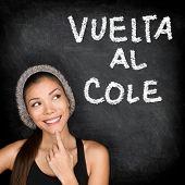 Vuelta al cole - Colegio Español Universidad estudiante mujer pensando volver a la escuela, escrita en Español