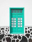Architektonische Abstract - Blight Turquiose Fenster In einer weiß getünchten Wand; Strukturierte Stein niedrigere Grenze;