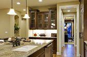 Vista de la cocina mirando hacia la despensa.