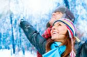 Happy young Couple in Winter Park mit fun.family im freien