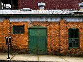 industrielle Backsteinbau mit grünen Tür