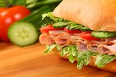 Verse ham sandwich op houten bord - close-up