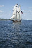 Alto navio com bandeira americana velejar nas águas azuis