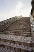 Homem Japão Tokyo Ueno JR estação em cima de passos